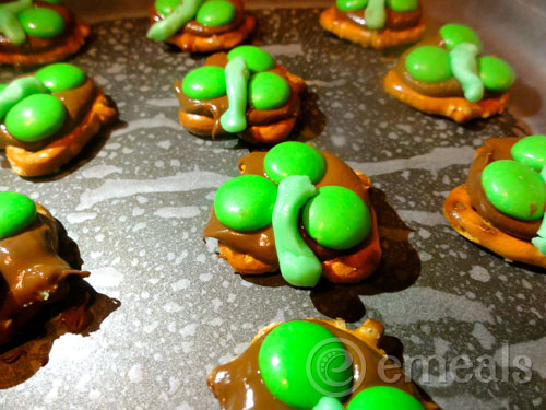 chocolate-pretzel-clovers